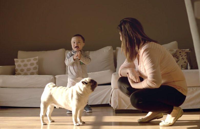 bebê batendo palmas_mãe agachada_e_cachoro