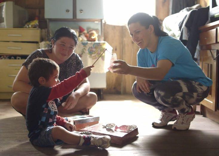 criança-brincando-com-a-mãe-e-visitadora